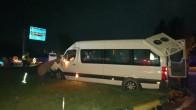 Turist dolu tur minibüsü, kamyona arkadan çarptı.