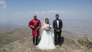 2 Bin 550 rakımda nikah töreni yaptı
