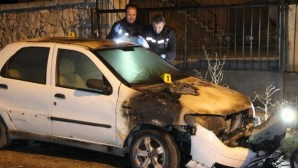 Karaman'da park halindeki otomobil alev aldı.