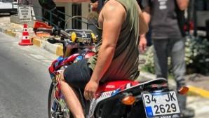 Motosikletli maganda İstanbul sokaklarında