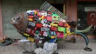 Sahile vuran plastik atıklarla balık heykeli inşa etti
