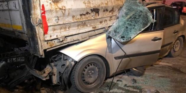 Ankara'da bir araba tırın altına girdi.