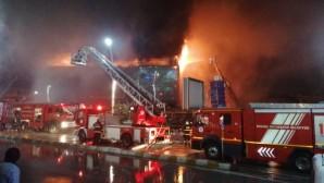 Kocaeli'de bir AVM'nin çatısında yangın çıktı