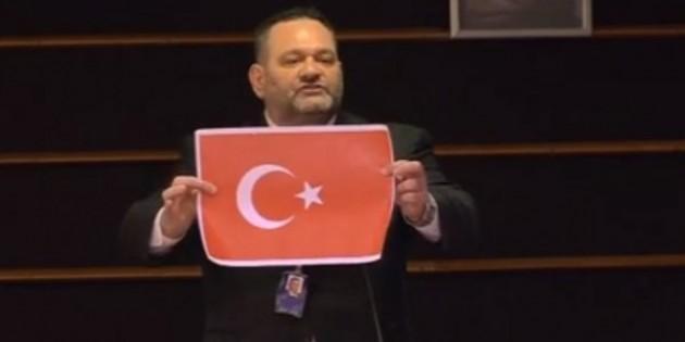 Türk bayrağını yırtan Yunan vekile AP'den ceza