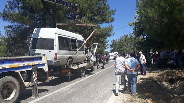 Adana'da lastiği patlayan minibüs yayalara çarptı: 2 ölü