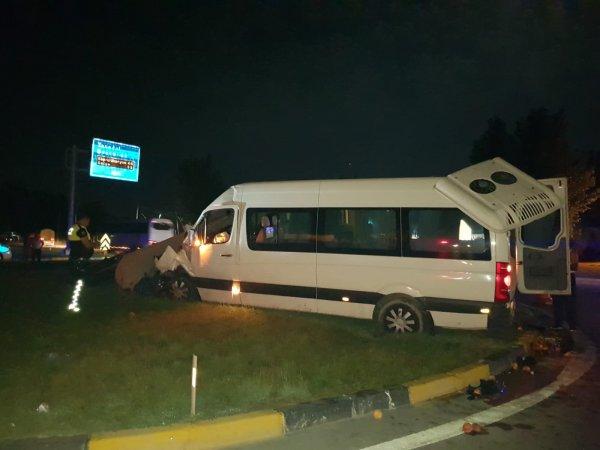 Antalya'da turist taşıyan minibüs kamyona arkadan çarptı