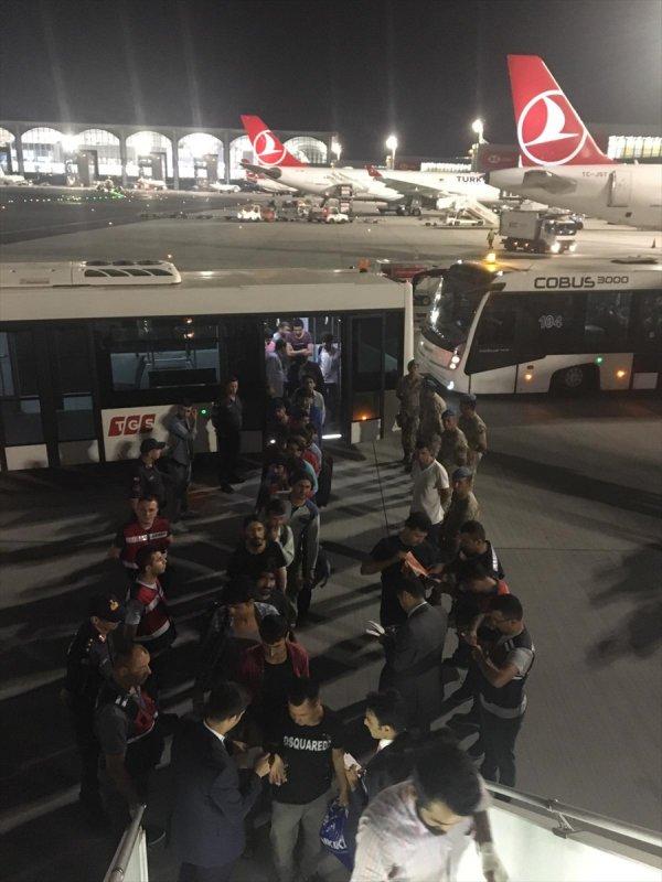 Antalya'da yakalanan 200 göçmen uçakla ülkelerine gönderildi