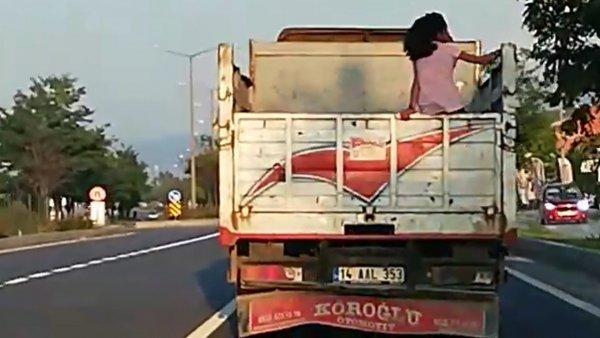 Bolu'da küçük kızın kamyon kasasında yolculuğu