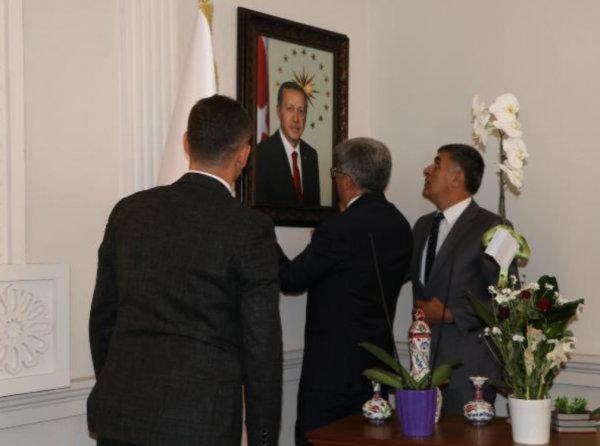 Van'a atanan kayyum makamına Erdoğan'ın fotoğrafını astı
