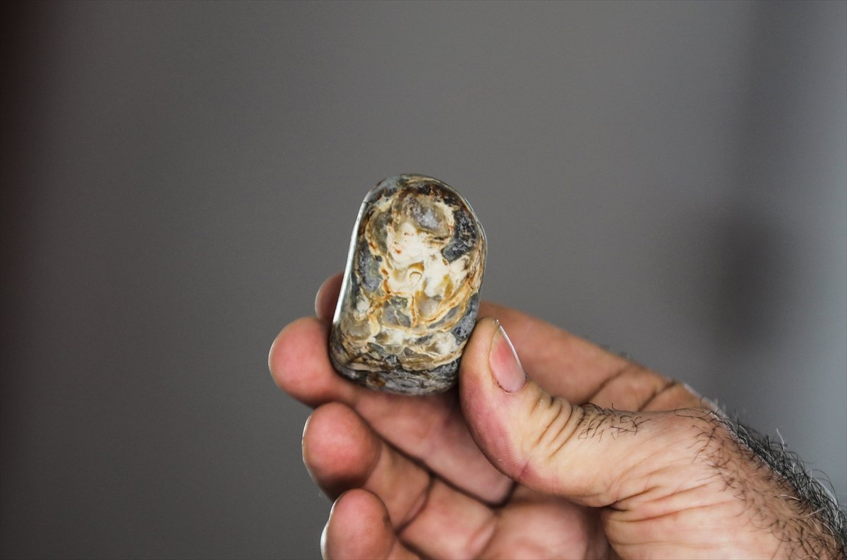 Gazze'de topladığı taşlarla koleksiyon yaptı