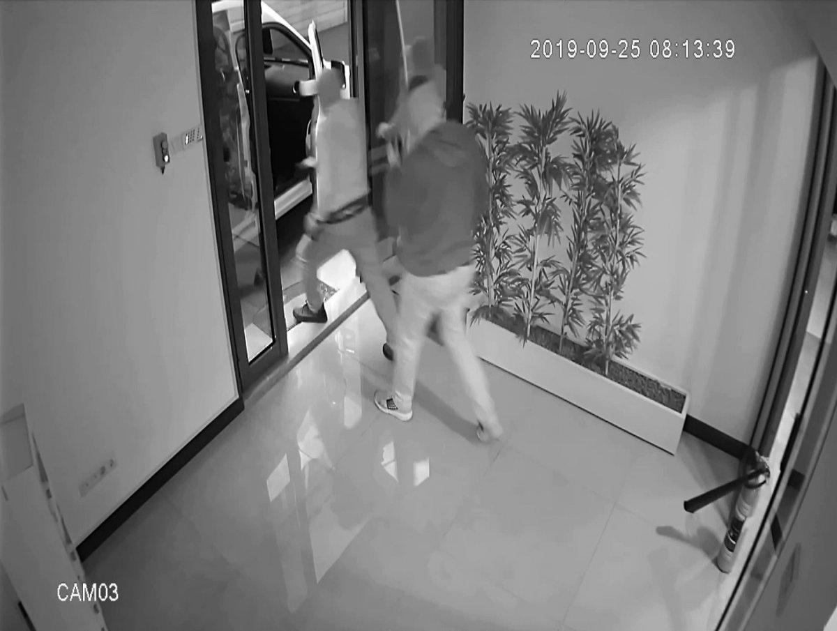 Üsküdar'da maskeli hırsızlar alarmı duyunca kaçtı
