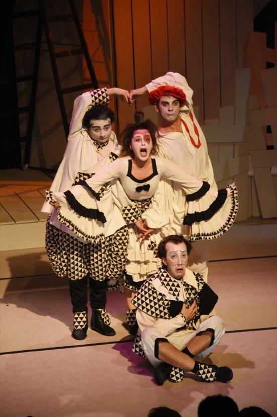 Tiyatro oyununu yabancılar için alt yazılı sahnelediler