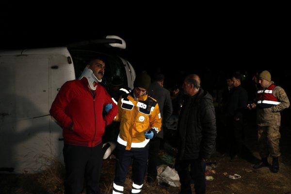 Erzincan'da yolcu otobüsü bir araca çarpıp şarampole uçtu