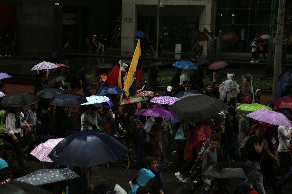 Kolombiya'da şemsiyeler açıldı, protestolar  sürdü