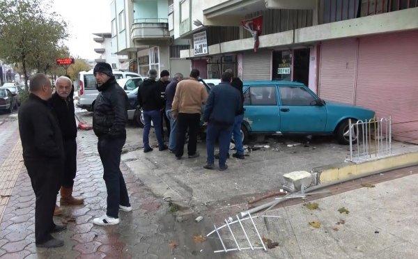 Kontrolden çıkan otomobil park halindeki araçlara çarptı