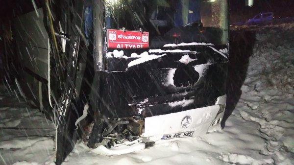 Sivasspor altyapı futbolcularının otobüsü kaza yaptı